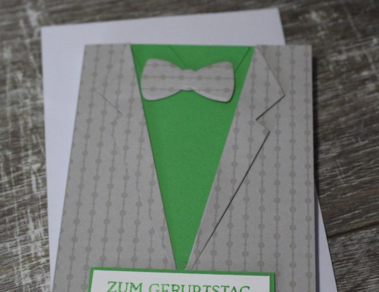 …mit Anzug und Krawatte…